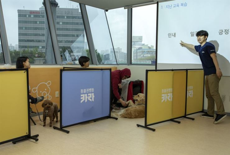Lee Sun-yeong, a pet trainer at KARA, stresses dog owners use patience when training their pets, during a session at Seoul Pet Education Center in southwestern Seoul, April 25. / Korea Times photo by Shim Hyun-chul