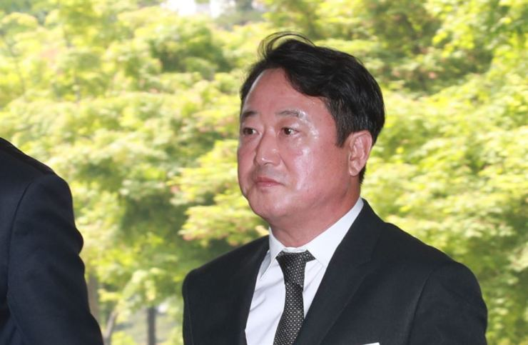 Former Kolon Chairman Lee Woong-yeol walks into Seoul Central District Court to attend a hearing, May 16. Yonhap