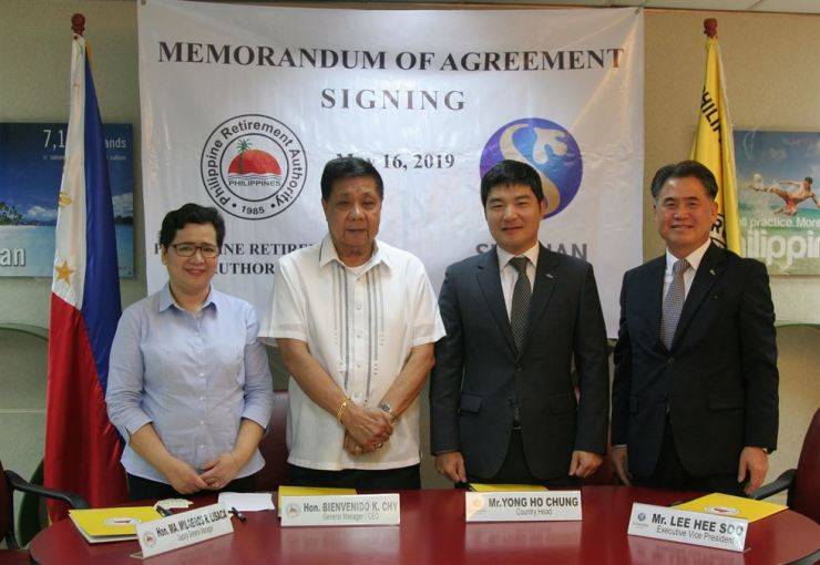 Shinhan Bank Deputy President Lee Hee-soo, right, and the bank's Manila branch manager Chung Yong-ho, second from right, pose with Philippines Retirement Authority (PRA) CEO Bienvenido K. Chy, second from left, after signing a memorandum of understanding at the PRA in Manila, the Philippines, May 16 (local time). Under the agreement, Koreans aged over 35 who obtain retirement visas for the Philippines will have to deposit at least $20,000 in a Shinhan bank account. Courtesy of Shinhan Bank