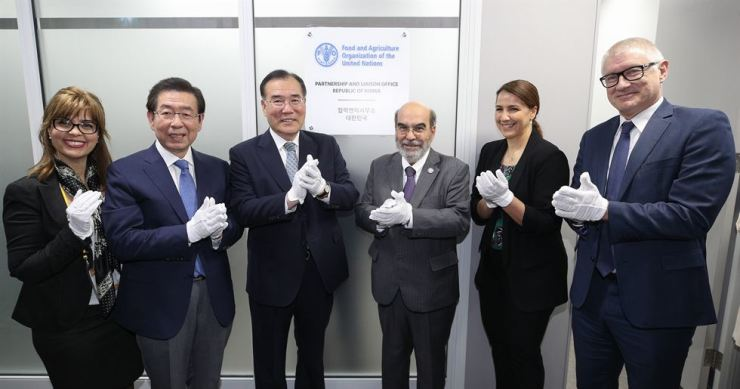 Seoul Mayor Park Won-soon, second from left, applauds at the opening ceremony of the new Food and Agriculture Organization branch office at Seoul Global Center in downtown Seoul, Monday, with Food Minister Lee Gae-ho, third from left, and FAO head Jose Graziano da Silva, fourth from left. / Yonhap