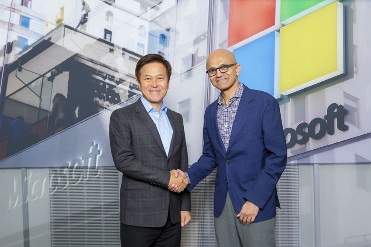 SK Telecom CEO Park Jung-ho, left, shakes hands with Microsoft CEO Satya Nadella during their recent meeting in this photo provided by SK Telecom, Monday. / Courtesy of SK Telecom