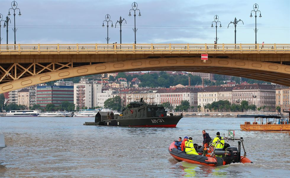 A diver prepares to dive to the wreckage under Margaret Bridge in Budapest, Hungary, Friday. Seven people are confirmed dead and seven have been rescued, while 21 people remain missing in the waters. AP-Yonhap