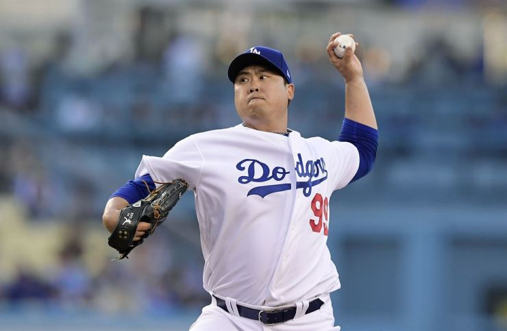 Los Angeles Dodgers starting pitcher Hyun-Jin Ryu throws during the first inning of the team's baseball game against the New York Mets in Los Angeles, Thursday. / AP-Yonhap