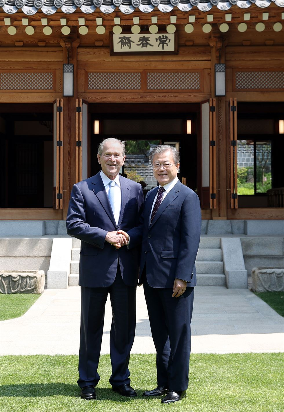 President Moon Jae-in, left, and former U.S. President George W. Bush at Cheong Wa Dae in Seoul, Thursday. Bush visited South Korea to attend the memorial service for former President Roh Moo-hyun. Yonhap