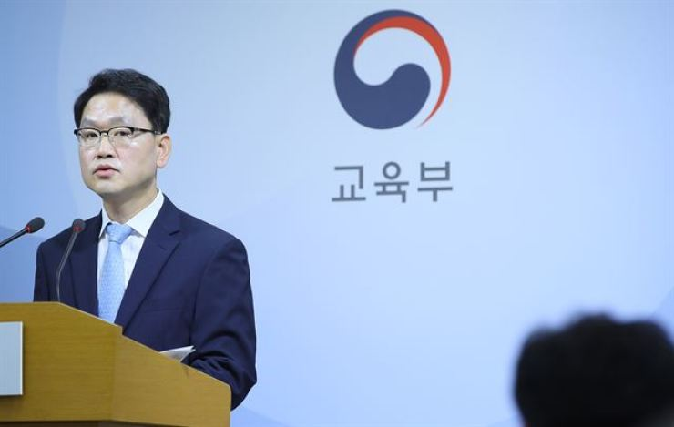 Lee Seung-bok, managing director of the university affairs and academic research policy bureau of the Ministry of Education, announces the results of an inspection into malpractice by university professors, during a press briefing at the ministry office in Sejong, Monday. /Yonhap