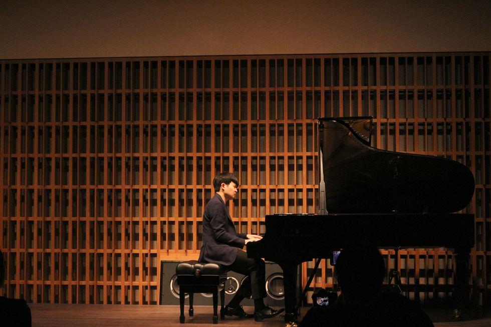 Pianist Sunwoo Yekwon plays Schumann's 'Fantasie in C Major, Op.17' during a press conference in Seoul, Monday. Sunwoo is giving recitals across the nation until June 1. Courtesy of MOC Production