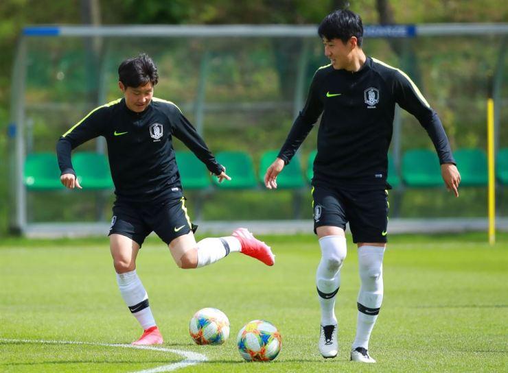 Lee Kang-in and Kim Hyun-woo plays a game at official training held at Bielsko-biala, Poland, May 22, for upcoming U-20 World Cup. / Yonhap