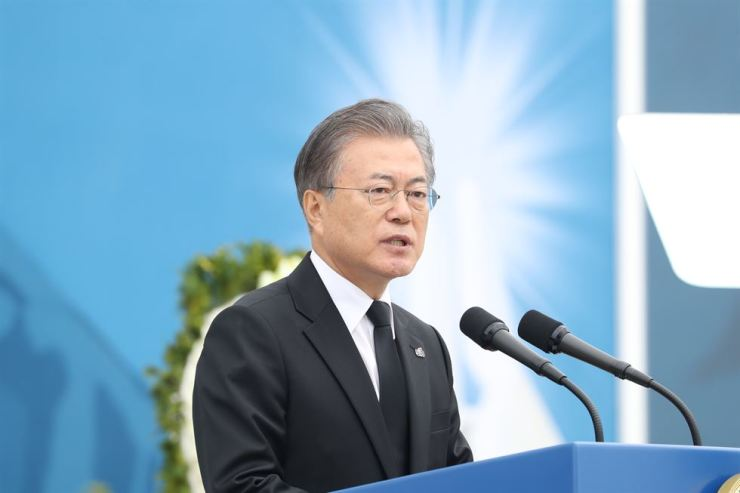 President Moon Jae-in gives a speech at a ceremony marking the 39th anniversary of the Gwangju Democratization Movement at Gwangju in South Jeolla Province, Saturday. Yonhap