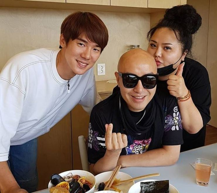Yoo Yeon-seok, left, has opened a ramen eatery on Jeju Island. TV personality Hong Seok-cheon, middle, visited the restaurant with Hong Sun-young, sister of trot singer Hong Jin-young. Capture from Hong Seok-cheon's Instagram
