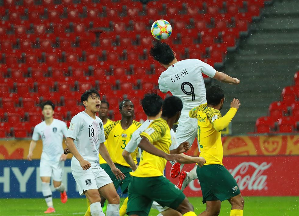 South Korea's Kim Hyun-woo, left, celebrates after rattling the South African goal net at Tychy Stadium in Poland during the second half of a Group F match of the FIFA U-20 World Cup, May 29. Yonhap