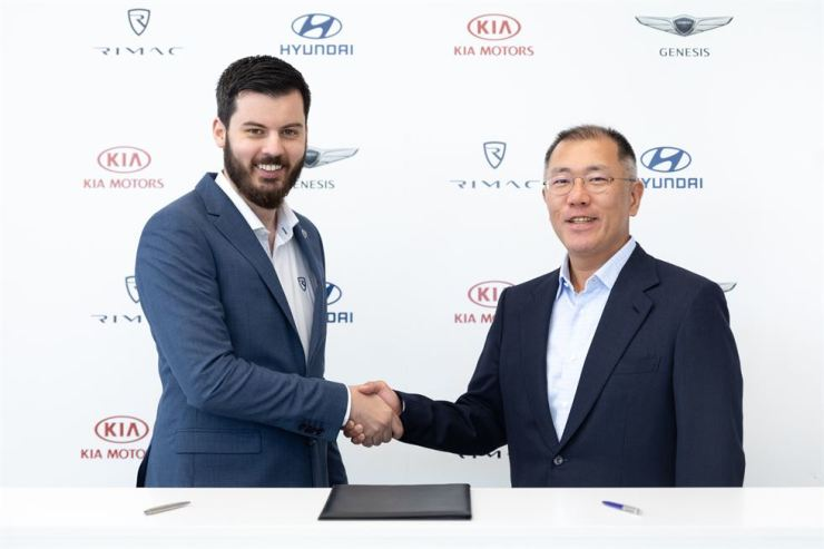 Hyundai Motor Group Executive Vice Chairman Chung Eui-sun, right, shakes hands with Rimac Automobili CEO Mate Rimac after their meeting at Rimac's headquarters in Zagreb, Croatia, Monday (local time). Courtesy of Hyundai Motor Group