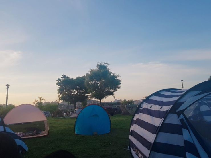 Those who do not open at least two sides of their tent at 11 Hangang parks are subject to fines of 1 million won. / Korea Times photo