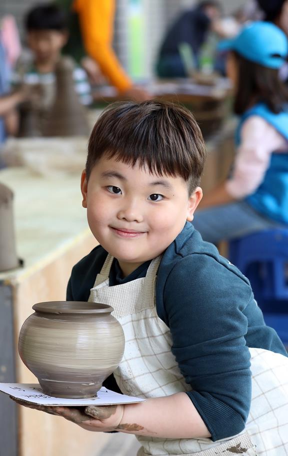 A child draws patterns for her own ceramic at Yeoju Ceramic Festival in Yeoju, Gyeonggi Province. 한 어린이가 경기도 여주의 여주도자기축제에서 본인의 도자기에 무늬를 그리고 있다. /Courtesy of Yeoju Sejong Cultural Foundation