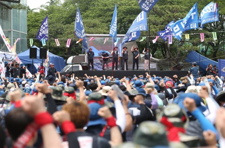 Unionized workers of Hyundai Heavy Industries stage an outdoor protest in the company's headquarters in Ulsan, Friday, opposing the shipbuilder's split-up plan for a merger with a smaller shipbuilder Daewoo Shipbuilding & Marine Engineer. Yonhap