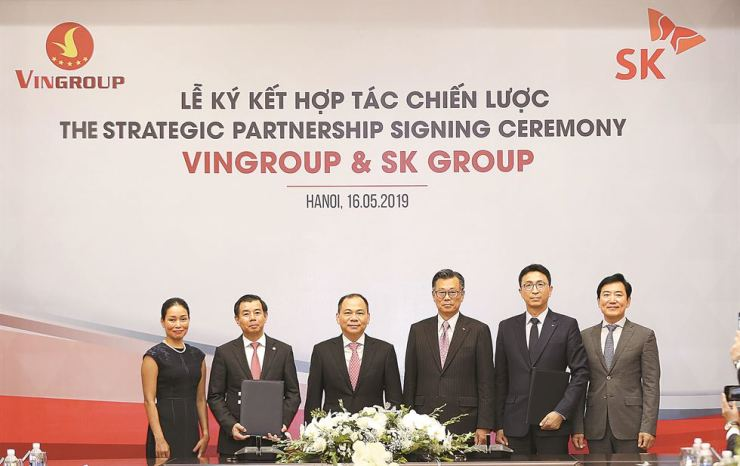 Park Won-cheol, second from right, representative director of SK South East Asia Investment, poses with Nguyen Viet Quang, second from left, vice chairman and CEO of Vingroup, after forging a strategic partnership at the latter's headquarters in Hanoi, Vietnam, Thursday. / Courtesy of SK Group