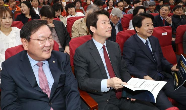 Candidates in the race for the ruling Democratic Party of Korea (DPK) floor leader participate in a seminar at the National Assembly, Tuesday. From left are, Reps. Kim Tae-nyeon, Lee In-young and Noh Woong-rae. / Yonhap