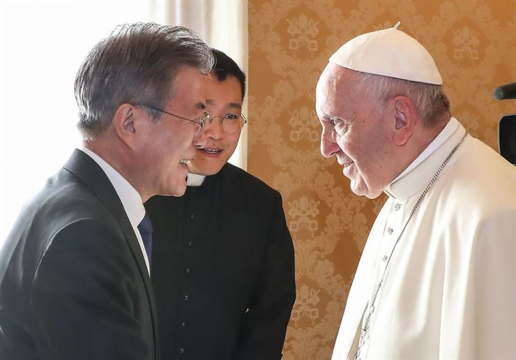 Pope Francis, right, greets President Moon Jae-in for a private audience at the Vatican in this Oct. 18, 2018,photo. Yonhap file