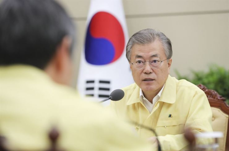 President Moon Jae-in chairs an emergency meeting at Cheong Wa Dae the day after a sightseeing boat collided with another larger vessel, capsized and sank on the Danube River in Budapest, Hungary, Wednesday (local time). Yonhap