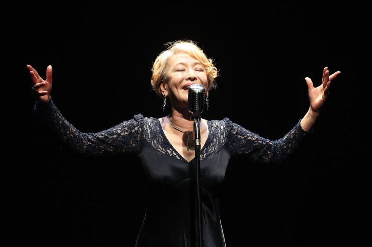 Actress Yoon Suk-hwa sings 'It Was Our Time' from the Arnold Wesker play 'Letter to a Daughter,' during a press conference at Theater Jungmiso on May 16. Due to financial problems, Yoon will shut down the theater, which has been operating for 17 years, in June. Yonhap