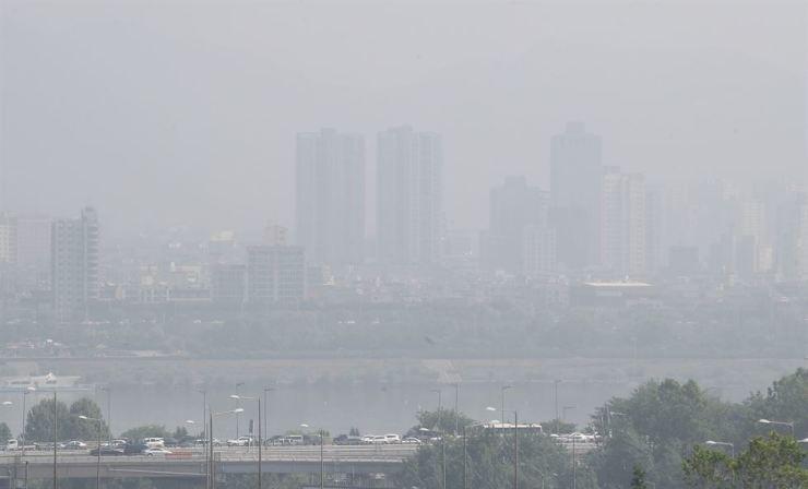 Haze blurs the sky over downtown Seoul, Thursday. / Yonhap