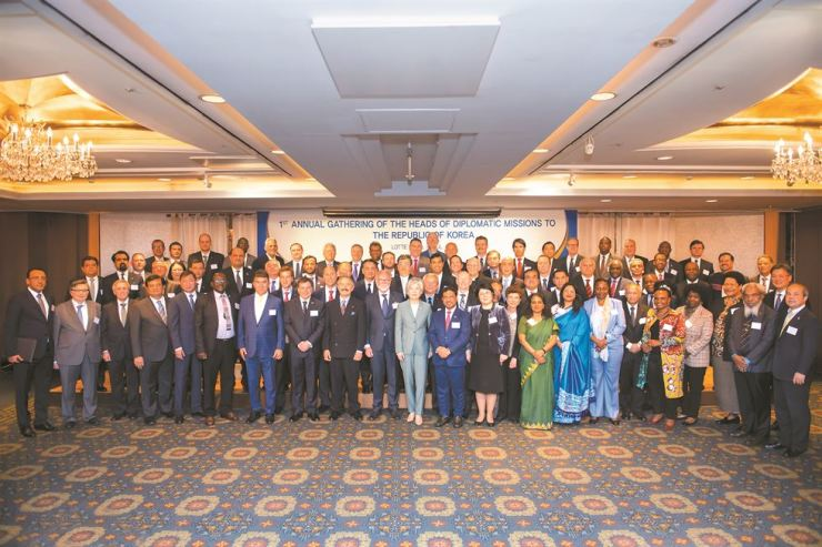Foreign Minister Kang Kyung-wha, front row 11th from left, poses with Omani Ambassador and Dean of the Diplomatic Corps Mohamed Al Harthy, front row 12th from left, and other foreign envoys during the 1st Annual Gathering of the Heads of the Diplomatic Missions at Lotte Hotel in downtown Seoul, May 2. Eighty-five ambassadors joined the gathering where they thanked the Korean government for its support and cooperation and also discussed their common concerns on protocol, relations with Korea and public diplomacy. / Embassy of Oman