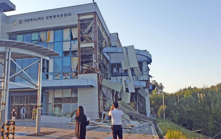 Government officials and firefighters inspect a building in the eastern city of Gangneung, Gangwon Province, where a hydrogen tank exploded Thursday. The explosion killed two people and left six injured. / Yonhap
