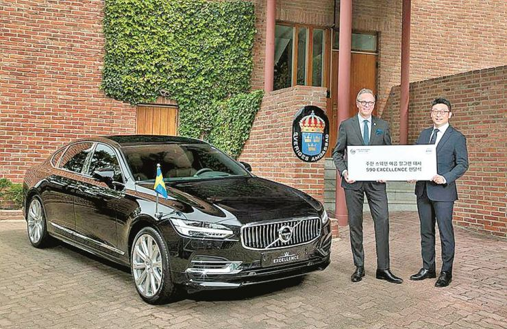Swedish Ambassador to Korea Jakob Hallgren, left, stands by 2019 Volvo S90 Excellence sedan offered by Volvo Cars Korea in front of his residence in Seongbuk-dong, Seoul, May 20. The Seoul branch of the Swedish multinational company presented the car to Hallgren for diplomatic and official purposes. / Volvo Cars Korea