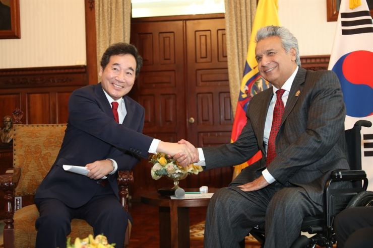 Prime Minister Lee Nak-yon, left, shake hands with Ecuadorian President Lenin Moreno before having a meeting in the presidential office in Quito, Ecuador, Tuesday. Lee, who is on an official visit to the South American country, suggested Lenin send a business delegation to Seoul to expand the two countries' economic cooperation. Yonhap