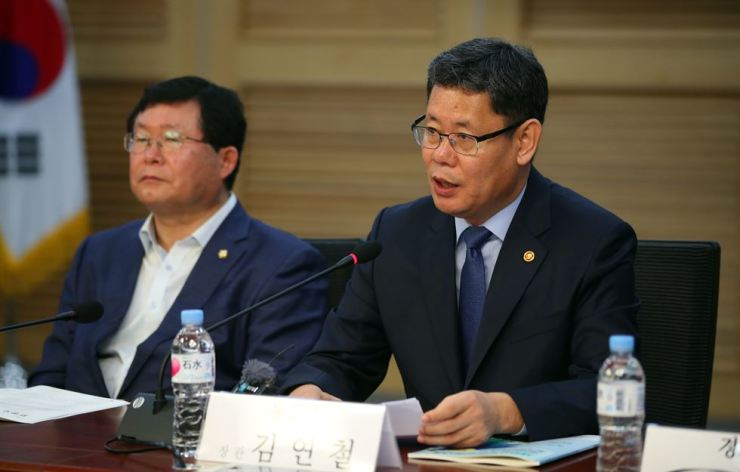 Unification Minister Kim Yeon-chul, right, speaks during a debate geared towards better inter-Korean cooperation at the National Assembly in Yeouido, Seoul, May 1. Yonhap