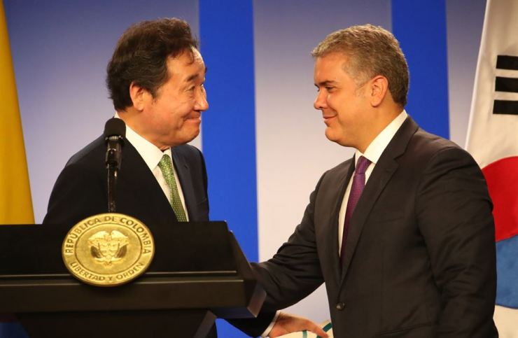 Prime Minister Lee Nak-yon, left, shakes hands with Colombian President Ivan Duque Marquez at the latter's office in Bogota. Monday (local time). Yonhap