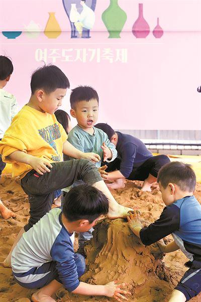 A child draws patterns for her own ceramic at Yeoju Ceramic Festival in Yeoju, Gyeonggi Province. The festival runs through May 12. / Courtesy of Yeoju Sejong Cultural Foundation