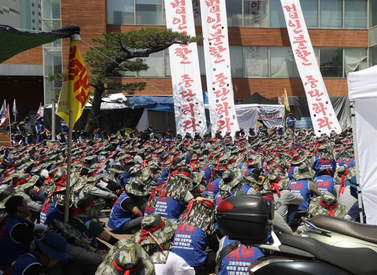 Unionized workers of Hyundai Heavy Industries stage a sit-in at Hanmaum Community Center in Ulsan, Wednesday, to prevent a shareholders' meeting scheduled for Friday that will decide on a split-up plan by the company for the takeover of Daewoo Shipbuilding and Marine Engineering. / Yonhap