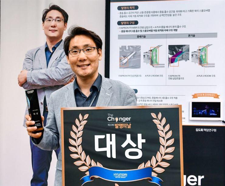 Hyundai Motor senior analyst Kim Do-hee poses after winning the grand prize at the 10th Hyundai Motor, Kia Motors 'The Changer' Invention Awards at Hyundai Motor Group Lab in Hwaseong, Gyeonggi Province, Friday. Courtesy of Hyundai Motor Group