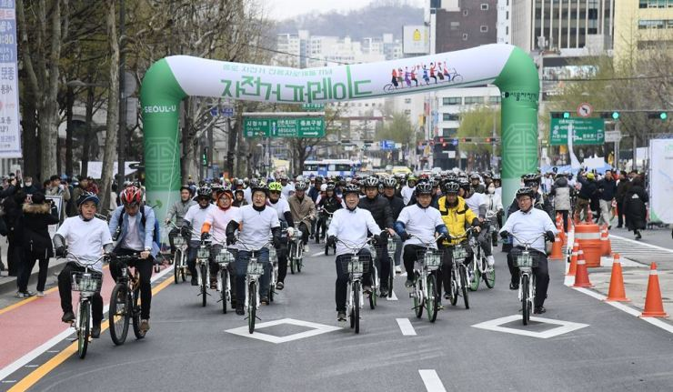 Seoul Mayor Park Won-soon, front line third from right, rides a bicycle with participants at a bike parade to celebrate the launch of bike-only lanes in central Seoul, in this April 2018 file photo. / Courtesy of Seoul Metropolitan Government