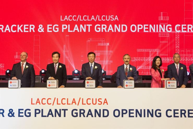 Prime Minister Lee Nak-yon, second from left, and Lotte Group Chairman Shin Dong-bin, third from left, press a button during a completion ceremony for Lotte Chemical's ethylene manufacturing plant in Lake Charles, Louisiana, Thursday (local time). From left are Louisiana Governor John Bel Edwards, Lee, Shin, U.S. Ambassador to Korea Harry Harris, Deputy White House Policy Coordinator Sylvia May Davis and Westlake Chemical CEO Albert Chao. Courtesy of Lotte Chemical