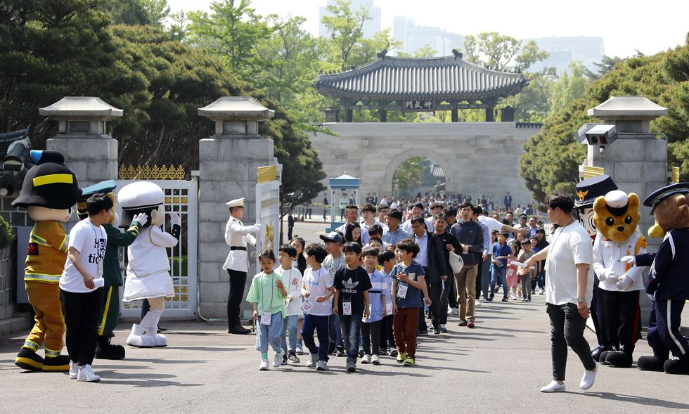 President Moon Jae-in invited 180 children to Cheong Wa Dae to celebrate Children's Day on Sunday. They included 27 children displaced by a recent massive wildfire that devastated parts of Gangwon Province, 31 children of firemen and police officer who fought the fire, 10 descendants of accredited independence fighters and 60 from underprivileged families. Yonhap
