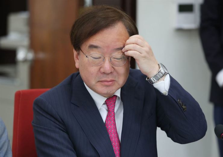 The Ministry of Foreign Affairs and the ruling Democratic Party of Korea are calling for punitive measures to be taken, after Rep. Khang Hyo-shang of the main opposition Liberty Korea Party disclosed the contents from a telephone conversation between leaders of Korea and the United States in early May. / Yonhap
