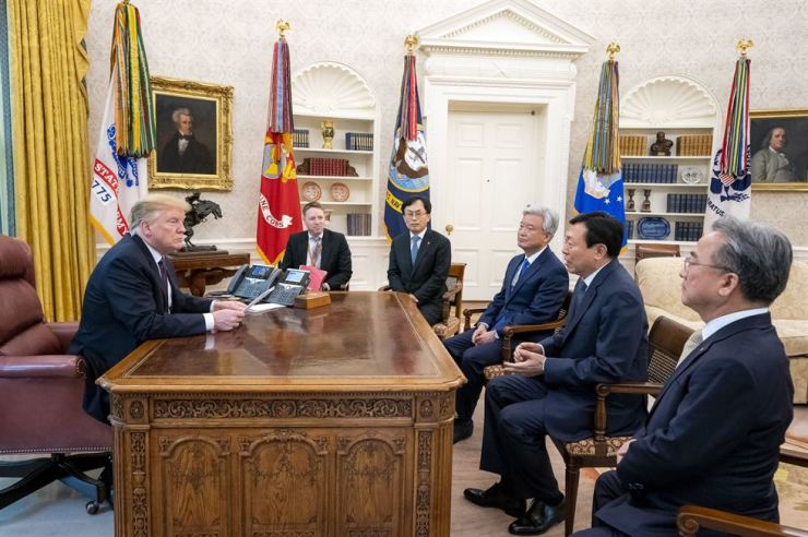 U.S. President Donald Trump listens to Lotte Group Chairman Shin Dong-bin, second from right, during a meeting at the Oval Office in the White House, Monday (local time), in this photo from Trump's Twitter account. The president tweeted he welcomed Shin for Lotte's $3.1 billion investment into Louisiana last week and 'great partners like Korea know the U.S. economy is running stronger than ever.' / Captured from Trump's Twitter posting