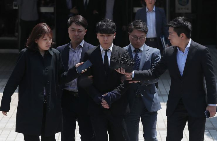 Former BIGBANG member Seungri leaves Seoul Central District Court on May 14 after a hearing on his arrest warrant. Yonhap
