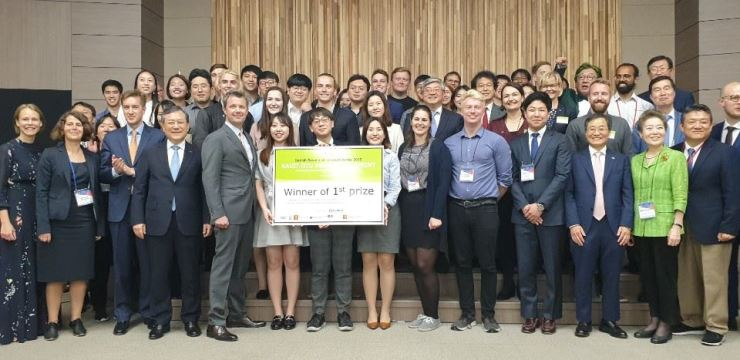 From second from left in the front row, Technical University of Denmark (DTU) Senior Vice President Marianne Thellersen, Danish Ambassador to Korea Thomas Lehmann, KAIST President Shin Sung-chul and Denmark's Crown Prince Frederik pose with other participants during an award ceremony for the KAIST-DTU P4G Innovation Sprint contest at KAIST College of Business in Dongdaemun-gu, Seoul, Wednesday. / Korea Times photo by Yi Whan-woo