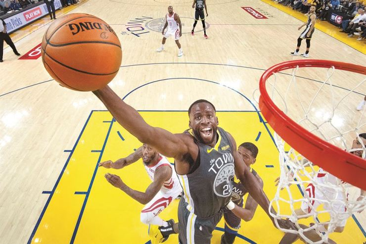 Golden State Warriors forward Draymond Green, center, grabs a rebound against the Houston Rockets during the first half of Game 2 of a second-round NBA basketball playoff series in Oakland, Calif., Tuesday. AP-Yonhap