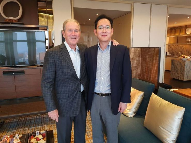 Samsung Electronics Vice Chairman Lee Jae-yong, right, poses for a photo with former U.S. President George W. Bush at a hotel in central Seoul, Wednesday. / Courtesy of Samsung Electronics