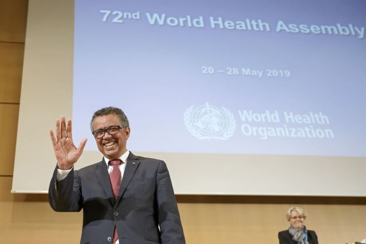 Tedros Adhanom Ghebreyesus, director general of the World Health Organization, waves to the audience during the opening of the 72nd World Health Assembly at the European headquarters of the United Nations in Geneva, Monday. / AP-Yonhap
