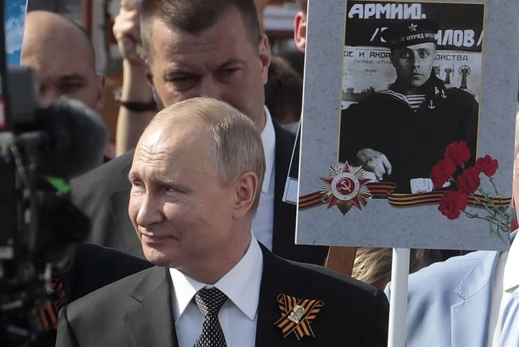 Russian President Vladimir Putin among fellow Russians carrying portraits of their relatives, participants in World War II, during an Immortal Regiment memorial commemoration in Moscow, May 9, when Russia marked the 74th anniversary of victory over Nazi Germany in World War II. EPA-Yonhap