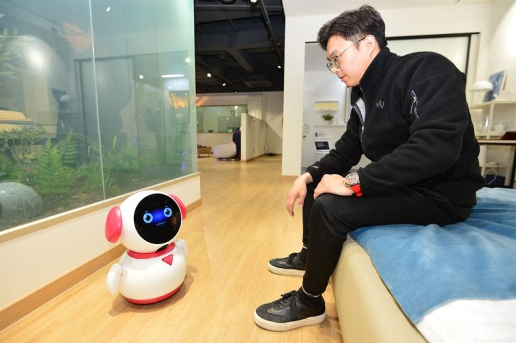 A researcher of the Korea Institute of Science and Technology (KIST) poses with nurse robot MyBom in this photo provided by the institution, Monday. / Courtesy of KIST