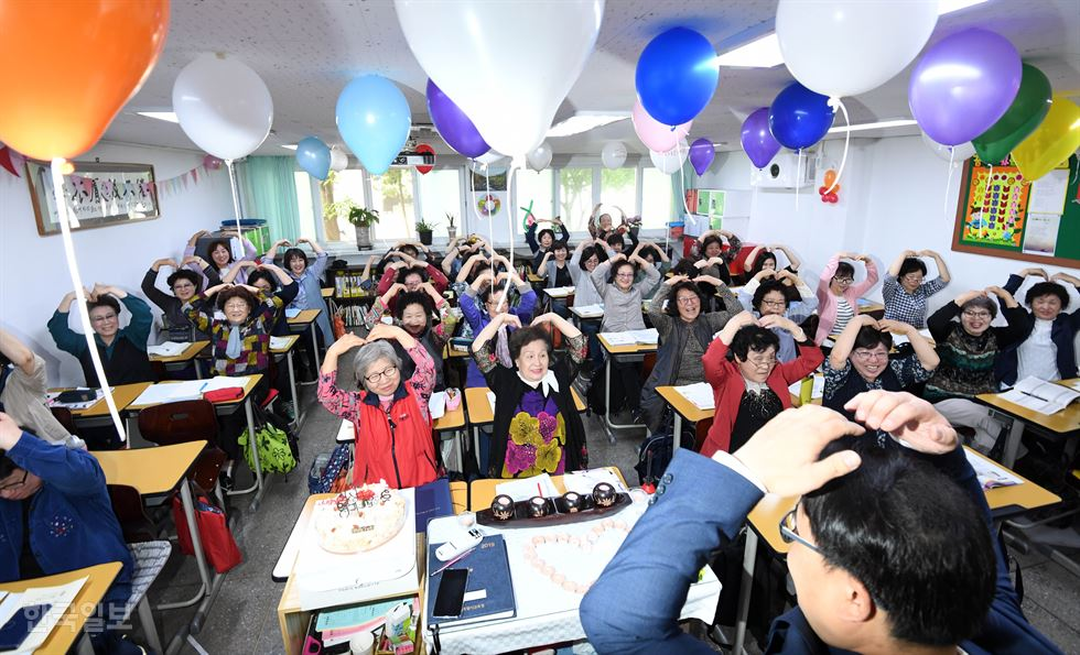 Wednesday marked Teachers' Day. In an intramural celebration, students deliver letters of appreciation to teachers at Hado Elementary School on Jeju Island, Wednesday. Courtesy of the school