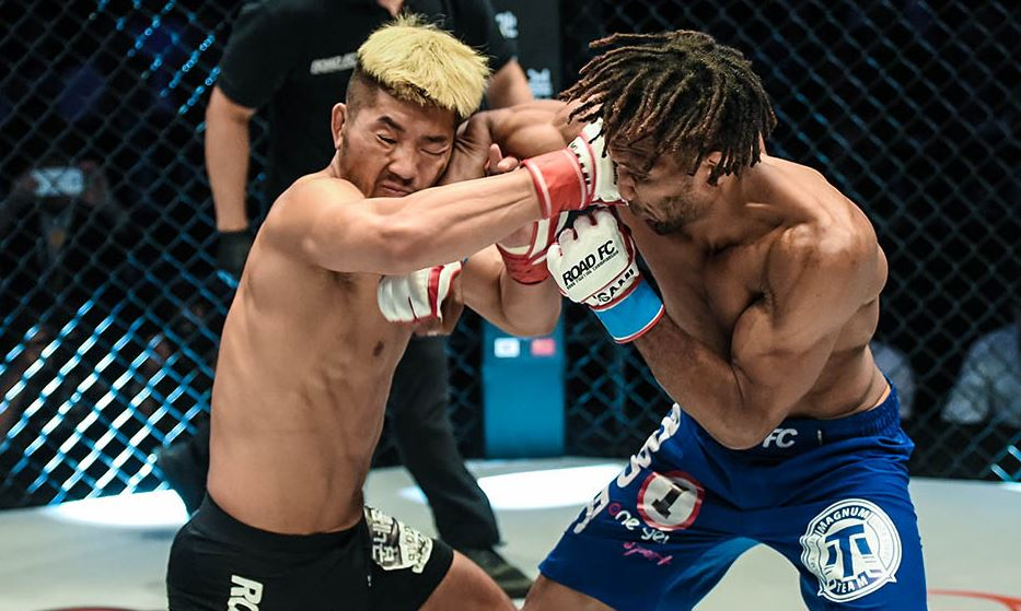 Challenger Mansour Barnaoui defeats lightweight champion Kwon A-sol at Road FC 53 on Jeju Island, Saturday. Courtesy of Road FC