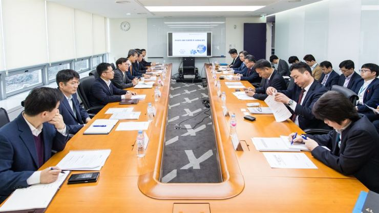 Officials of seven institutions including Export-Import Bank of Korea (Eximbank) hold a meeting aimed at helping small firms find business opportunities in the international procurement market, at the bank in Seoul, May 9. / Courtesy of Eximbank
