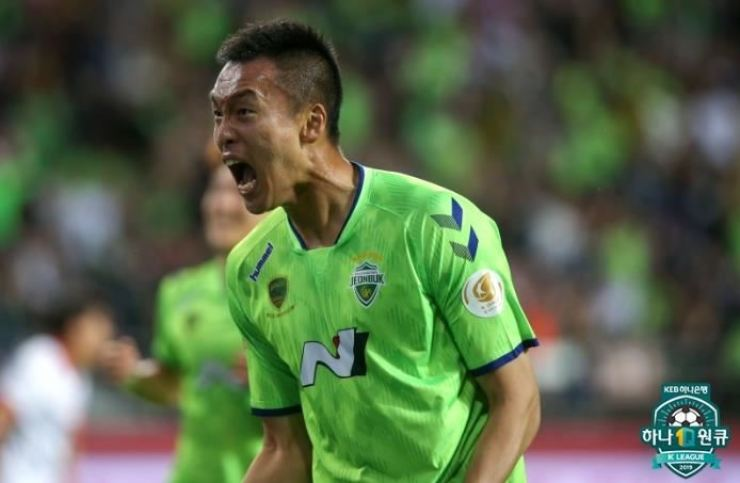 Kim Shin-wook from Jeonbuk Motors shouts out for joy after scoring a goal in the game against Jeju United at Jeonju World Cup Stadium, Saturday. / Yonhap