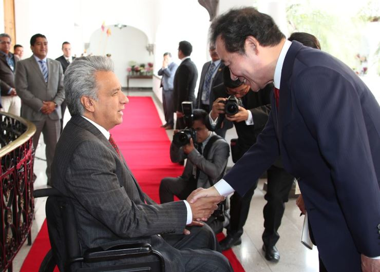 South Korean Prime Minister Lee Nak-yon, right, meets Ecuadorian President Lenin Moreno at Quito's Presidential Palace, May 7. Yonhap